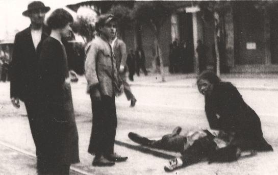Μέρες τού '36, το μοιρολόι τής μάνας, φωτογραφία σύμβολο για κάθε επιτάφιο θρήνο..